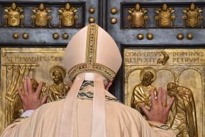 Giubileo finito, il Papa ha chiuso l' ultima Porta Santa
