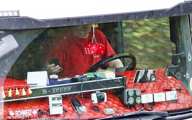 """YOUTUBE Travolge col tir intera famiglia: guidava col cellulare. Daily Mail: """"In tanti guidano col telefonino"""" FOTO5"""