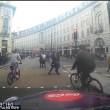 Decine ciclisti passano col rosso a Londra pedoni vengono schivati3