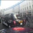 Decine ciclisti passano col rosso a Londra pedoni vengono schivati5