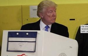 Donald Trump sbircia il voto della moglie Melanie