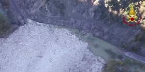 VIDEO YOUTUBE Terremoto, montagna frana nel fiume Nera a Visso