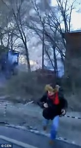 Fabbrica fuochi artificio in fiamme esplode pompieri fuggono