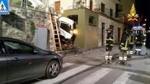 Firenze, camion rifiuti sbaglia strada e finisce giù per le scale incastrato