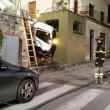Firenze, camion rifiuti sbaglia strada e finisce giù per le scale incastrato3