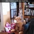 Gatto su cavallo a dondolo o dietro lampada13