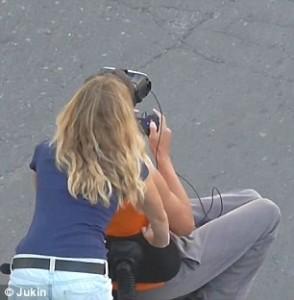 Guarda la versione ingrandita di Giocano con la realtà virtuale in strada, un'auto li investe FOTO-VIDEO