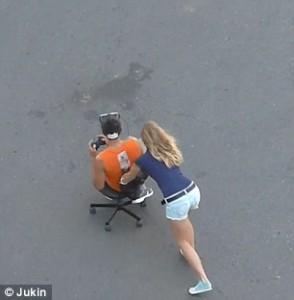 Giocano con la realtà virtuale in strada, un'auto li investe 7