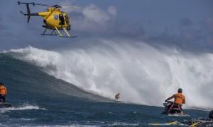 Hawaii, donne surfiste si sfidano su onde enormi per la prima volta