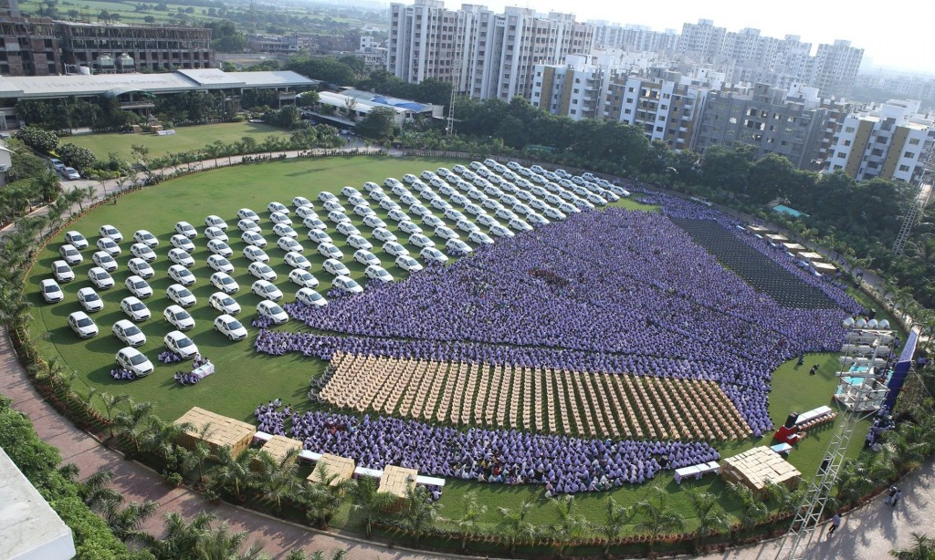 India, regala 1300 auto e 40 appartamenti ai dipendenti55