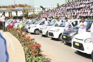 India, regala 1300 auto e 40 appartamenti ai suoi lavoratori 3