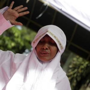 Guarda la versione ingrandita di Indonesia, donna accusata di adulterio: cento frustate in pubblico FOTO