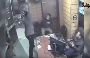 YOUTUBE Uomo con machete entra in ufficio e colpisce tutti