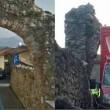 Malerba, furgoncino delle consenge distrugge l'antico arco
