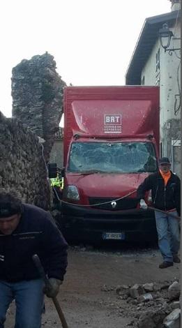 Malerba, furgoncino delle consenge distrugge l'antico arco2