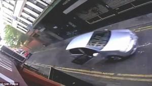 Manchester, ladro ruba auto: proprietario si appende allo sportello4