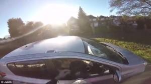 Motociclista raggiunge auto e restituisce portafogli9
