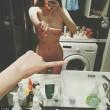 One Finger Selfie: FOTO senza veli davanti lo specchio4
