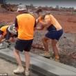 Operai a Melbourne costruiscono il marciapiede5