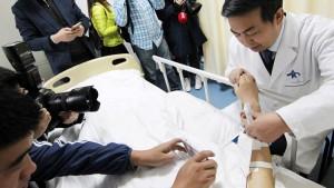 Guarda la versione ingrandita di YOUTUBE-FOTO Perde orecchio in incidente stradale: glielo ricostruiscono sul braccio