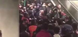 YOUTUBE Besiktas-Napoli, scontro tifosi in metropolitana: uno accoltellato