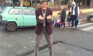 Gianni Morandi e la Mannequin Challange. In mezzo alla strada VIDEO
