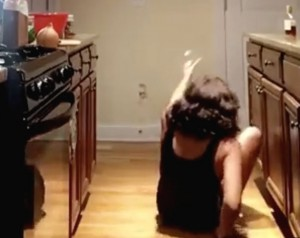 VIDEO YOUTUBE Donna improvvisa sfilata in casa, ma cade rovinosamente