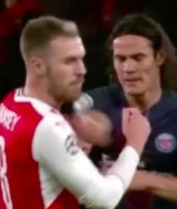 YOUTUBE Cavani dà pugno a Ramsey
