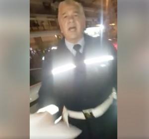 VIDEO Rimprovera il vigile che parcheggia sul posto per i disabili e riceve uno schiaffo