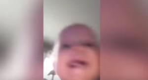 """YOUTUBE Neonata """"ruba"""" lo smartphone della mamma e si riprende in fuga"""