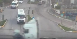 YOUTUBE Tir non si ferma al semaforo rosso e travolge auto