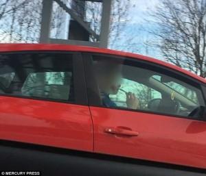 Si lava i denti mentre va a 100 all'ora in autostrada