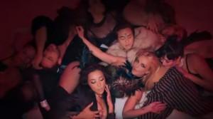 Guarda la versione ingrandita di YOUTUBE Slumber Party, il video ufficiale di Britney Spears e Tinashe