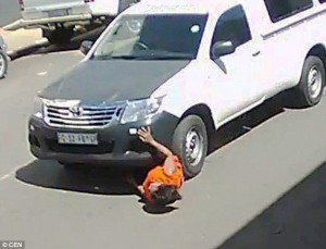 Sudafrica, donna investita trascinata per 20 metri da un furgone