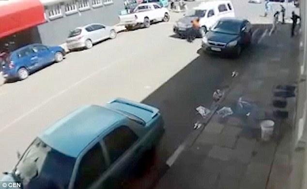 Sudafrica, donna investita trascinata per 20 metri da un furgone4
