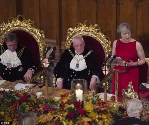 Theresa May parla al banchetto dei Lord di Londra, gli ospiti dormono