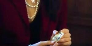 Virginia Raggi VIDEO Taglia la carta di credito del sindaco. Ma è falsa...