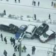 """Nove auto e un bus """"pattinano"""" sul ghiaccio: mega incidente in Cina"""