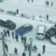 """Nove auto e un bus """"pattinano"""" sul ghiaccio: mega incidente in Cina2"""