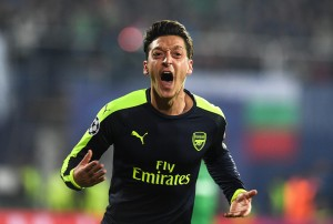 Mesut Ozil video gol Ludogorets-Arsenal 2-3: pallonetto e dribbling da applausi