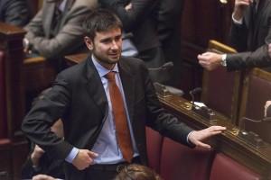 Referendum, gaffe tv di Di Battista: Costituzione votata a suffragio universale VIDEO
