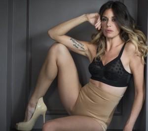 Alessia Fabiani, foto in mutande modellanti. Ma il web si divide...