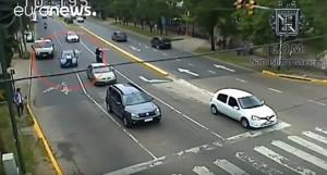 YOUTUBE Argentina: trascina vigile sul cofano dell'auto per 400 metri