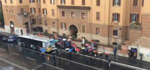 Roma, sciopero bus. Utenti infuriati a via La Spezia contro autista Atac