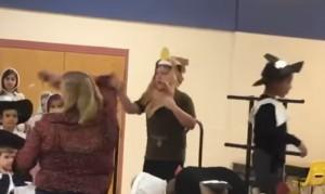 YOUTUBE Maestra toglie il microfono al bimbo autistico durante la recita: lui scoppia a piangere