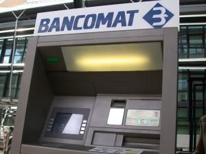 Prelievi dal bancomat: oltre mille euro al giorno (o 5mila al mese) scattano i controlli
