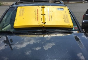 Ventosa sul parabrezza blocca auto al posto delle ganasce FOTO