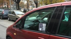 Guarda la versione ingrandita di Torino, Batman contro sosta selvaggia: se parcheggi male, ti