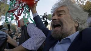 """Beppe Grillo, capitombolo sulla buca di Roma: """"Vogliamo metterle a posto?"""""""