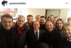 Guarda la versione ingrandita di Berlusconi, selfie con vecchie glorie Milan: tra Maldini, Baresi e…Salvini